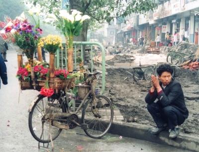 自転車の花売り。竹筒に花を挿して、如何にも中国。でもこの頃、北京にはこういうのすら無くなっていた。 1993年 四川
