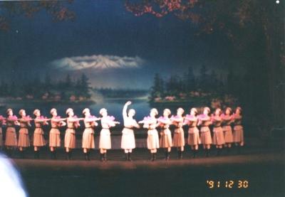 舞踊『祖国のつつじ』 金正日書記とともに祖国三池淵に帰り着いた喜びを唱い上げている。 万寿台芸術劇場 1991年 平壌
