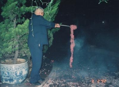 盛大に、何発もの爆竹に火を点じる。 1992年 雲南 昆明