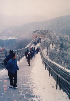 雪の万里の長城。それでも観光客は途絶えない・・・。 1991年3月9日