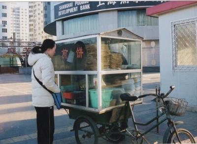 典型的な煎餅の屋台。コンパクト、且つシンプル、機動的。 2002年 北京