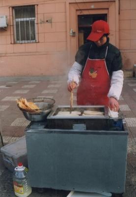 .ジエンピンにはさむ油餅を揚げている。