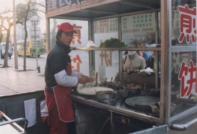 クレープに卵を落とし、ソースを塗って具を挟んで出来上がり。 2005年 北京
