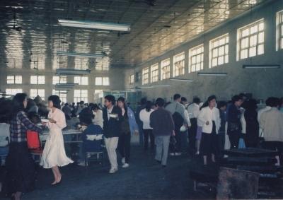 北京大学の中国人食堂(中国人学生食堂2でご紹介)。人が多すぎて何の絵か判らないですよね・・・ 1992年 北京