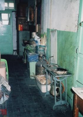 知人の住むアパートの廊下。この恐ろしく簡単な調理台で、皆次から次へと料理をこしらえてゆく・・・。 1992年 北京