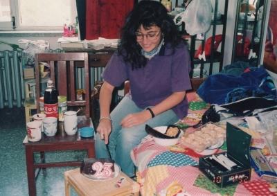 北京大学の寮の部屋で、誕生日を祝う。母国から送られたお菓子を皆にふるまって。 1992年 北京