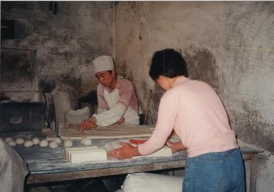 饅頭(マントウ)を作る工場にて。 1993年 フフホト