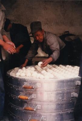 特大のセイロで一気に蒸し上げる。 1993年 フフホト
