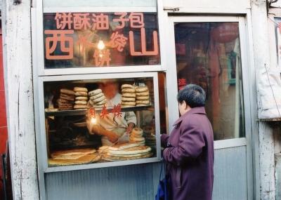 今は何でも何処でも、気軽にモノが買える時代に。 2002年 北京