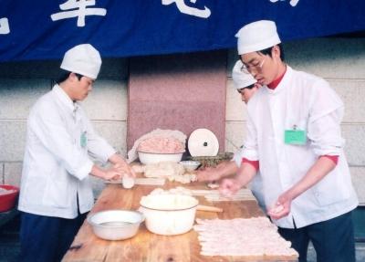 """肉あんを巻いて作る""""麺料理""""。 1993年 北京"""