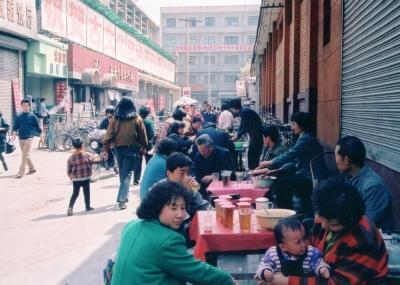 手軽に水分補給。お茶を売る店。売れていない分には蓋が被せてある。 1993年 西安