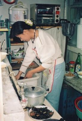料理中の奥様。美味しいものを作るのに、広さや道具など大きな問題でないことが、よく分る。 1992年 北京