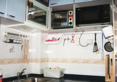 .2軒目の家の厨房。食器洗浄機やオーブン、レンジを目線の高さに合わせて設置。下のスペースを有効利用。真中のオーブン(SANYO製)、四合院の台所にもある。 2002年 北京