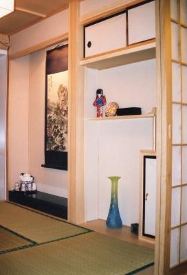 3軒目の家の和室。棚の姉様人形は、何と私が高校生の頃、M氏に贈ったもの。 2005年 北京