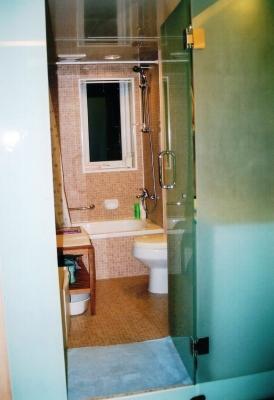 バス・トイレ。この浴槽も和風に木製の湯桶にしたかったそうだが、サイズが合わず断念。 2005年 北京