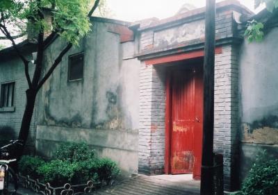M氏宅のあった四合院の門。こうした一般住宅は、住人が出入りする時以外は閉門していて、用が無ければ入り難い。 1992年 北京