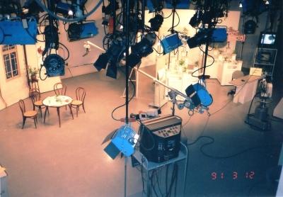当時のNHKテレビ中国語講座のスタジオセット。たった数10分の番組作製に半日も掛かる!(取材を含めるともっとだが・・) 1991年 東京