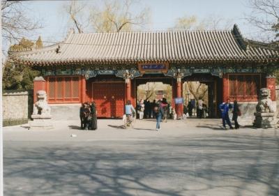 北京大学の「赤門」。観光名所のひとつにもなっているのか、門の左側にも写真を撮っている女の子達が見える。 2002年 北京