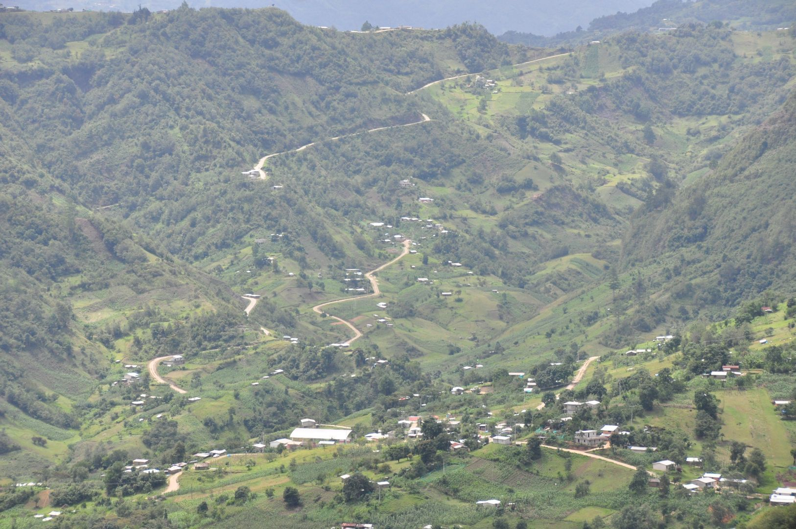 un poblado montanes