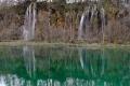 繊細な滝とそれを映す湖面