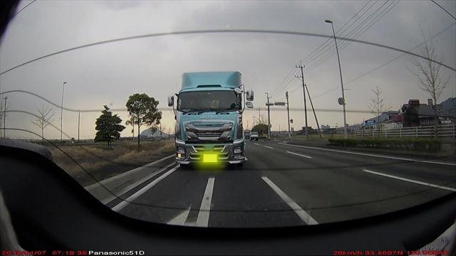 背後から迫りくる大型トラック