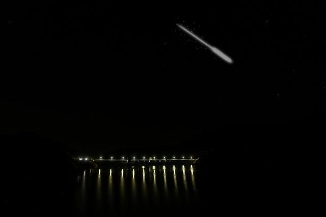伊良原ダムの夜景とペルセウス座流星群イメージ