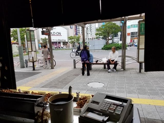 20180621_114109_R 東口のロータリーの真ん前、目の前はバス停。じいさんがずーっと座ってる