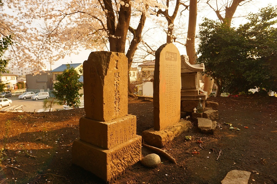 06 木曽富士塚(提灯塚)塚上の祠、石碑