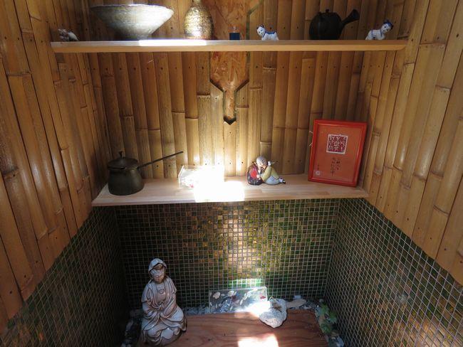 ガラスモザイクタイルと割竹の