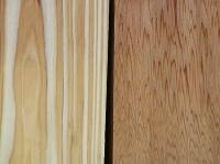 左が地杉(植林した杉)で右が屋久杉。ともに板目です。比べてみると、屋久杉のほうがはるかに<br>木目が密で、複雑であることがわかります。