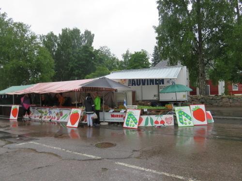 フィンランド 田舎 雨のマーケット広場