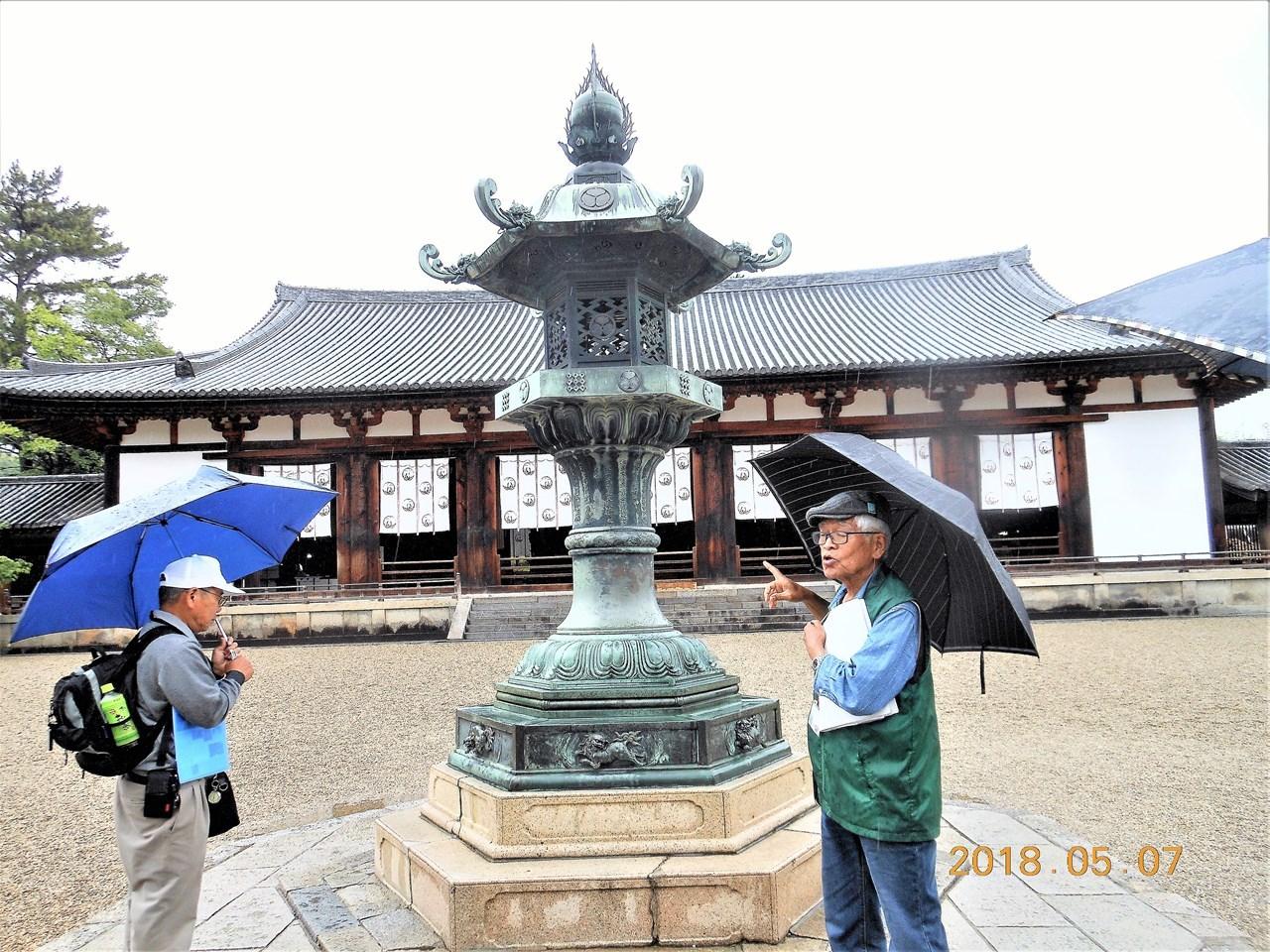 s-桂昌院の灯籠を説明するガイドの池田さん