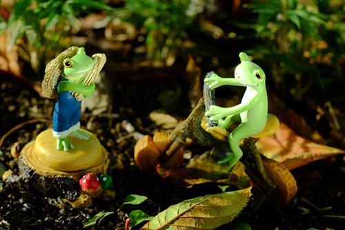 ツバキアキラが撮ったカエルのコポー。ちょっと立ち話をしている、自転車のコポタロウと収穫中のコポタロウ。