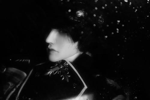 「帝都物語」の加藤保憲としてお迎えした、Ringdoll、Dracula-Style B。ガラスに水を吹きかけて、濡れたように撮ってみました。