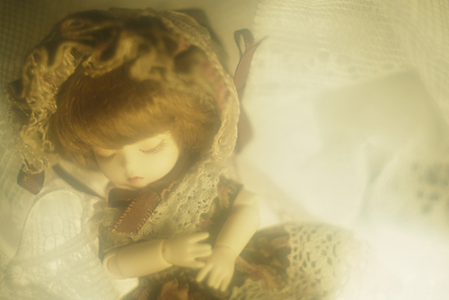 DOLL FACTORY・Baby Ariの小さな眠り目の子、Emma(エマ)。打ち寄せる波のようなレースの海で、ぐっすりと眠っています。