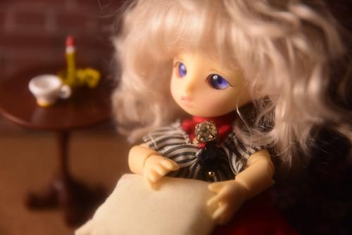 BrownieのMomoちゃん、シルバニアファミリーのソファに座っています。