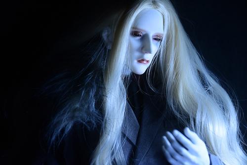 冬の夜の冷気の中に佇むRing doll、K-Style BのK