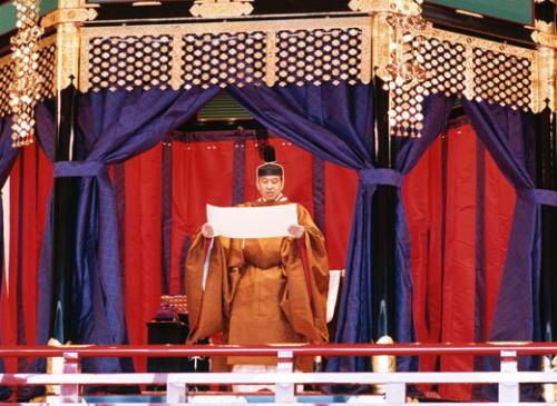 朝日新聞社説 「天皇の即位儀式にさまざまな疑問、天皇が高御座から首相を見おろす位置で『お言葉』、国民主権の趣旨にに反するではないか」