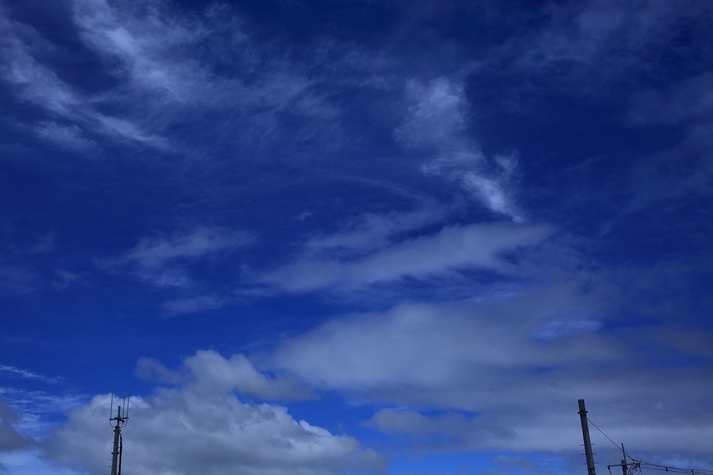 ブログ 台風の雲と上空の雲.jpg