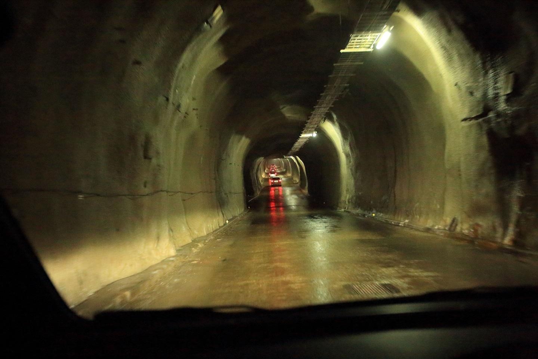ブログ 見学者のトンネルの中の車列.jpg