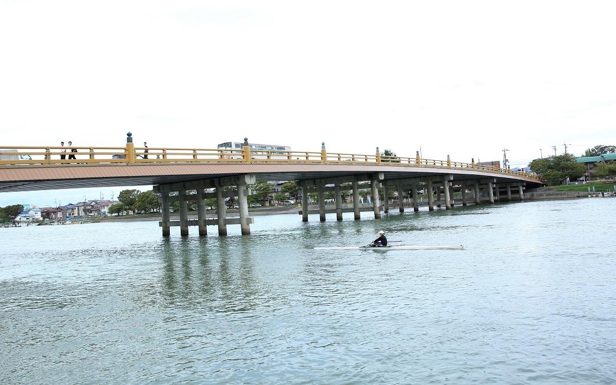 ブログ 瀬田の唐橋とボートを漕ぐ女の子.jpg