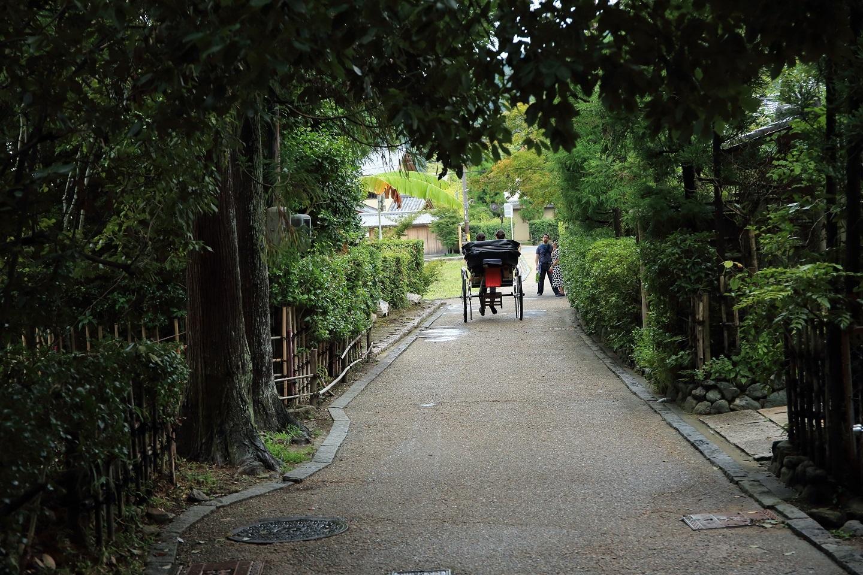 ブログ 落柿舎付近の人力車、芭蕉が迎えているね.jpg