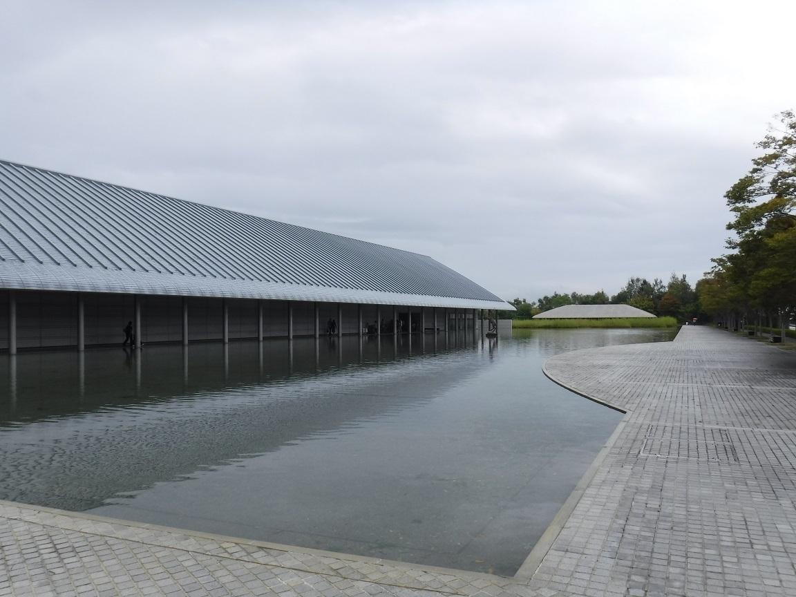 ブログ 佐川美術館の前庭.jpg