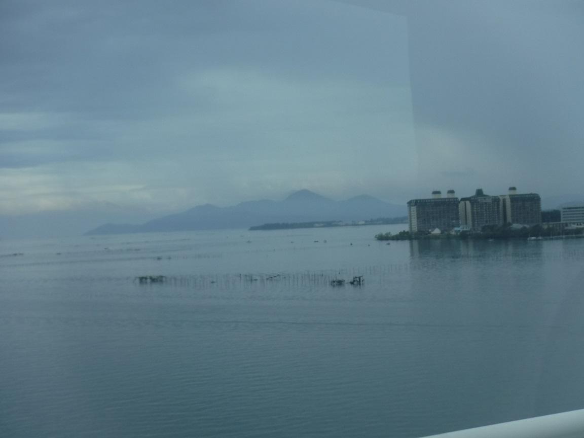 ブログ 雨に煙る琵琶湖、琵琶湖大橋から.jpg