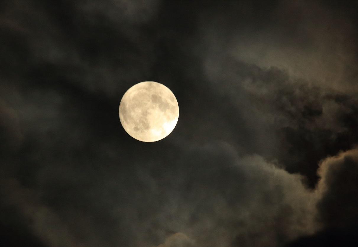 ブログ 雲間から顔を見せ中秋の名月.jpg