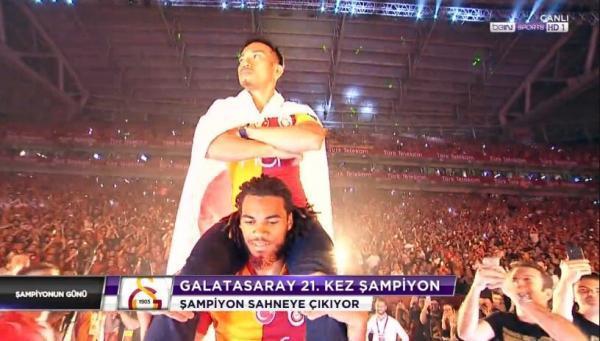 Nagatomo, the Last Samurai, celebrating Galatasarays Süper Lig championship
