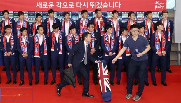 Eggs and pillows thrown at South Korean players upon return from World Cup by the fans