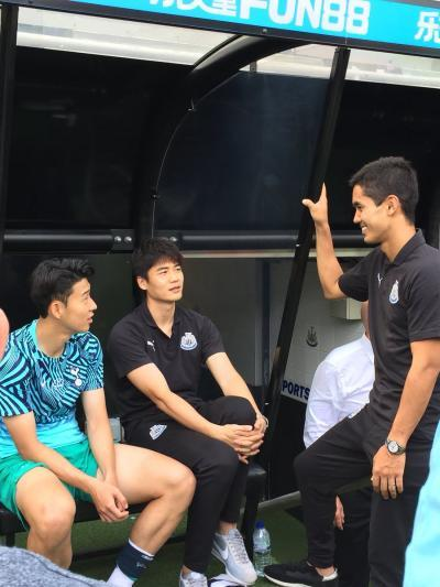 Ki and Mutō in conversation with Spurs forward Son