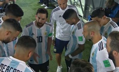 Messi_coaches_the_team_when_the_players_lose_trust_in_Sampaoli_convert_20180627074022.jpg