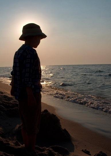 海を眺める 少年 サンセット